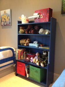 Kid's bookshelf in blue